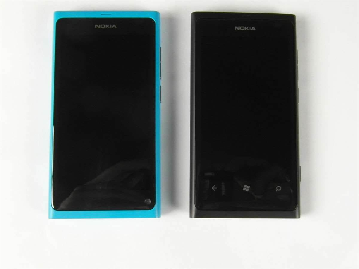 At first look, the N9 – running MeeGo – and the Lumia 800 – with Windows Phone – look identical, but there are a few notable differences. On the Lumia (the black phone) we can see the dedicated Search, Windows and Back buttons. Look in the same place on the N9 and you'll see the forwarded facing camera that the Lumia lacks.