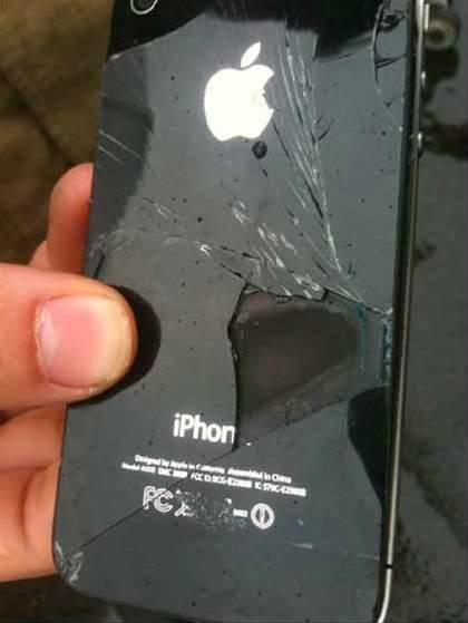 A close-up of the wrecked iPhone 4 taken after the incident was initially revealed in November 2011. (photo courtesy: ATSB).