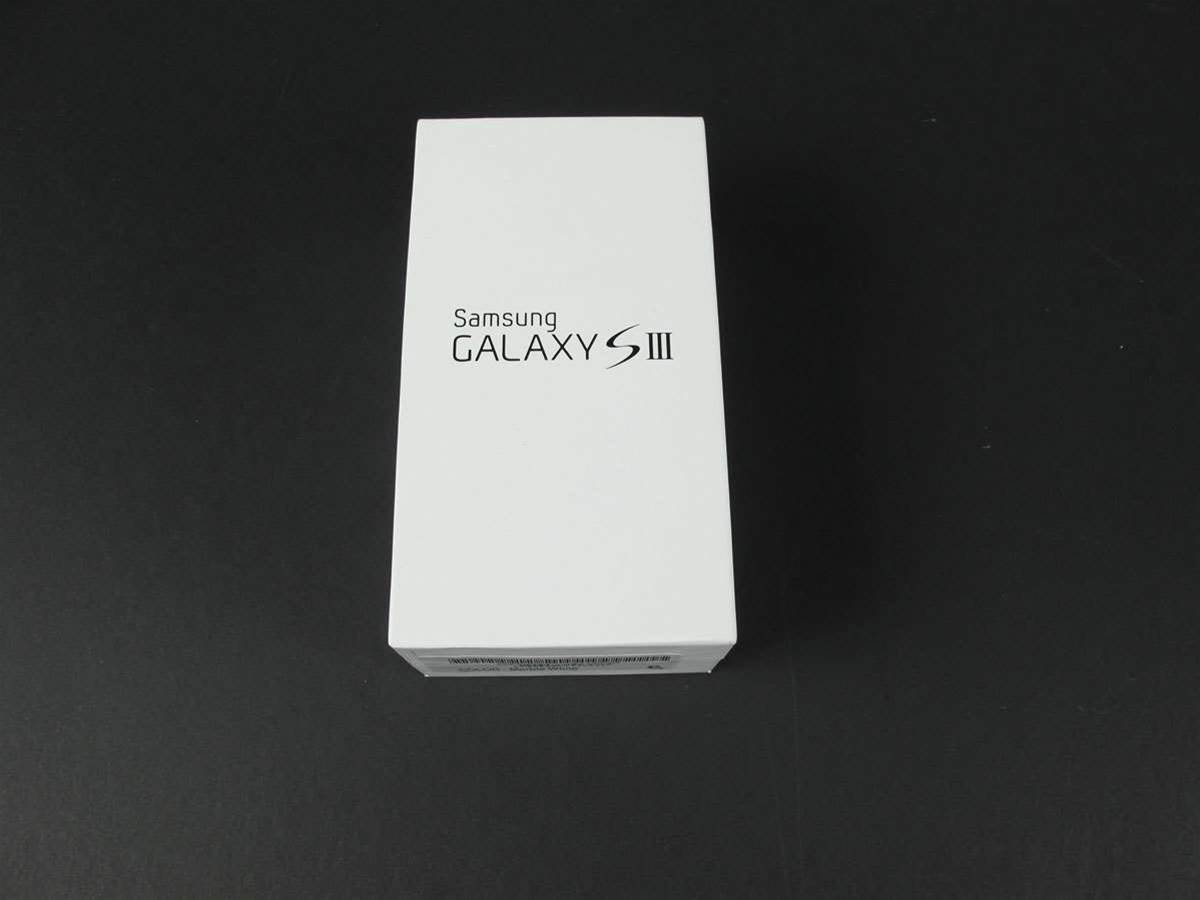 The retail boxing of the Galaxy SIII echoes its predecessor – simple and clean with just a logo on the front and the feature set listed on the back.