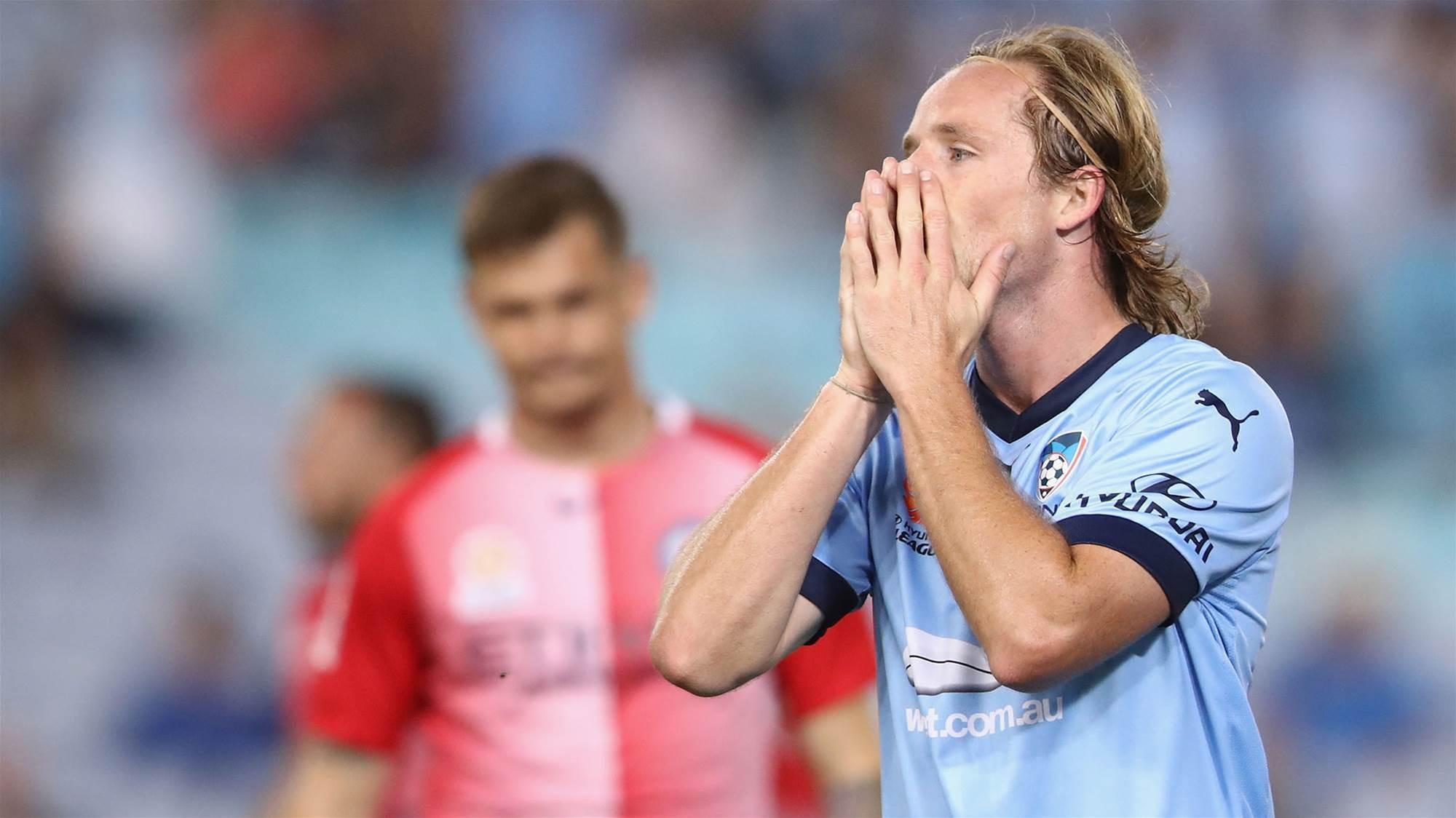 Ten-man Sydney rescue a point against City