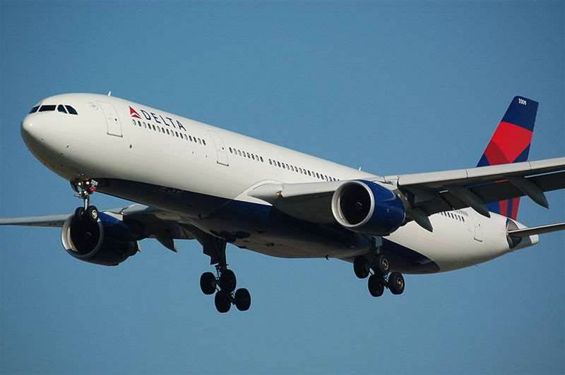 US flight regulator relaxes electronic device rules