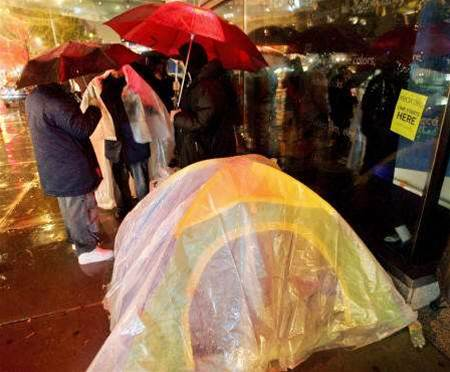 Long lines greet Xbox 360 in rainy New York debut