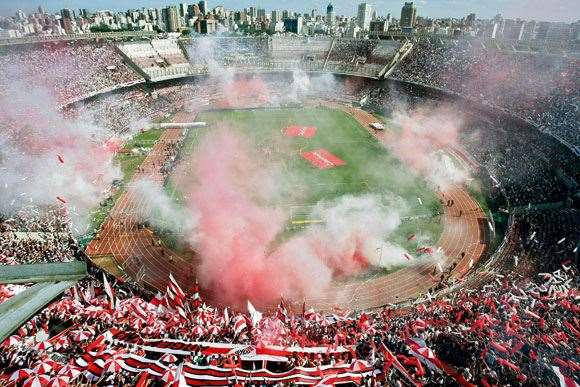 La Monumental explodes in a show of support for River Plate.