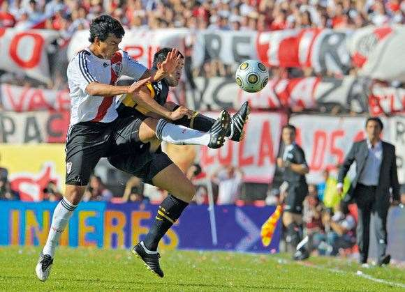 Boca Juniors' Juan Roman Riquelme  and River Plate's Gustavo Cabral at war.