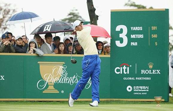 Adam Scott watches his tee shot on the 3rd hole en route to winning his match.  PHOTO: Scott Halleran/Getty Images.