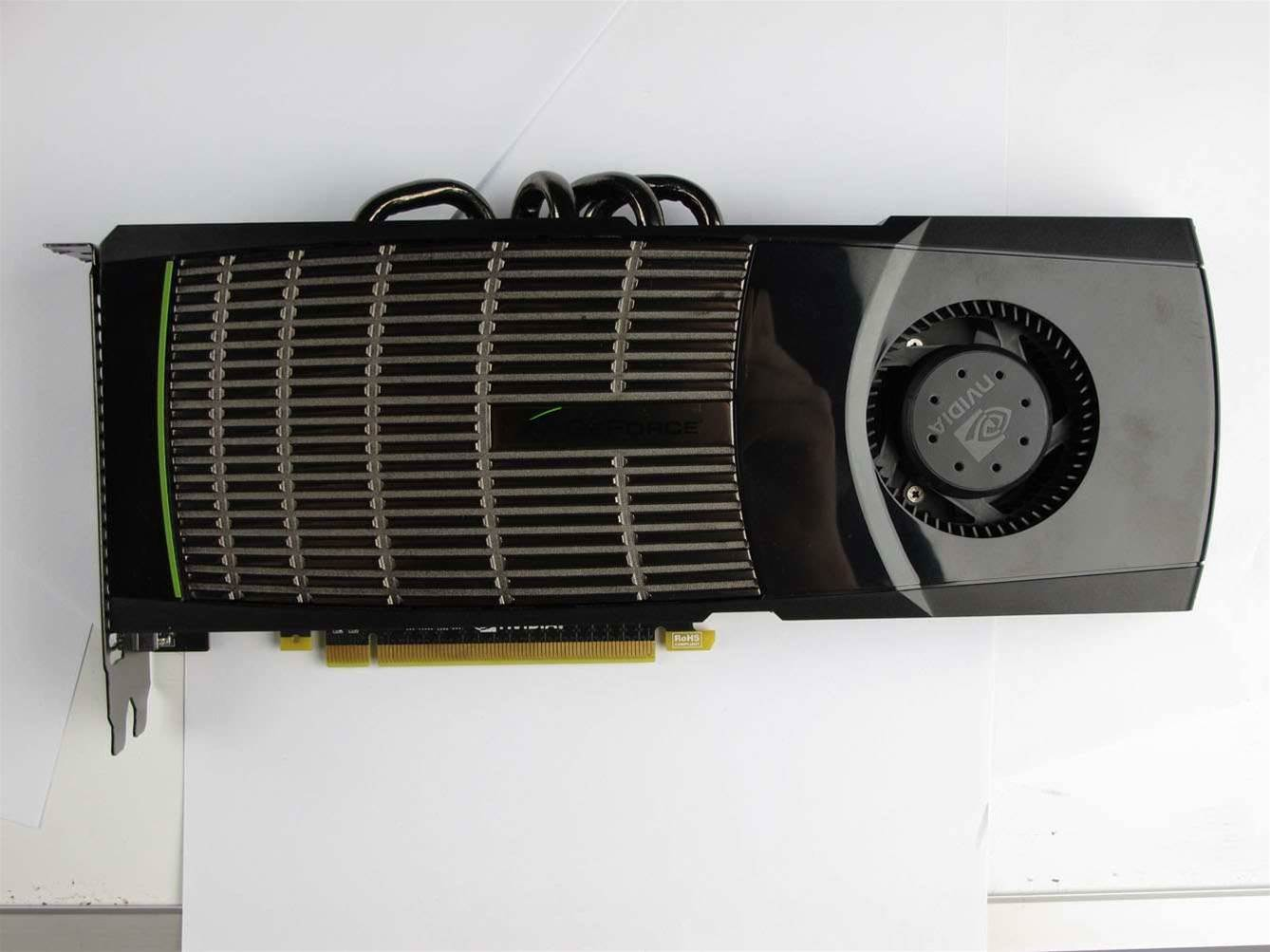 The front of the GTX480 consists of (from right to left) a squirrel-cage fan, glossy black plastic shroud, large radiating surface and finally the expansion slot bracket.