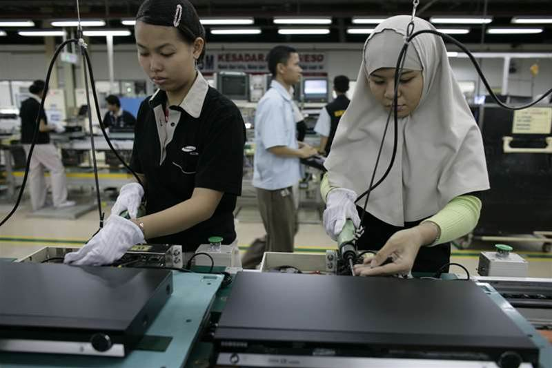 Indonesian labourers work in a Samsung factory August 15, 2006 in Cikarang, Indonesia. The South Korean company employs some 1700 people in the factory, manufacturing consumer electronics. Photo by Dimas Ardian/Getty Images