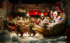 19 eye-catching Christmas store displays