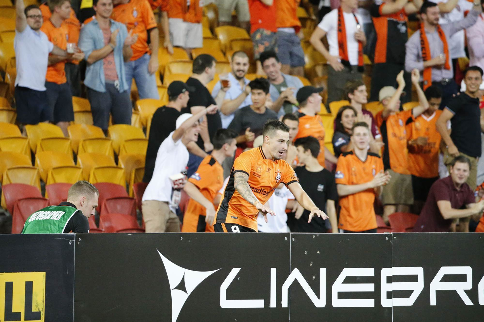 Roar v Victory pic special