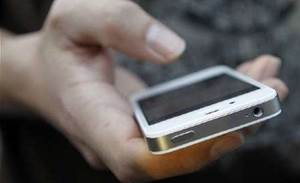 Apple to issue iPhone 4S battery fix
