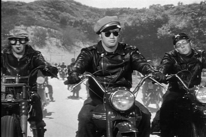 UK police hunt Apple Store motorbike gang