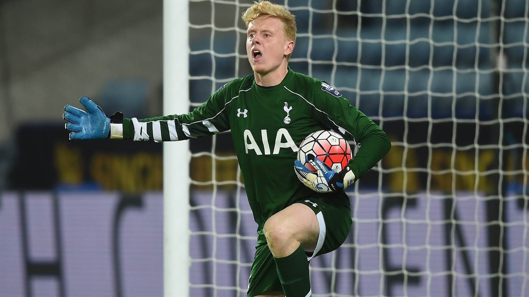 Mariners sign Tottenham goalkeeper