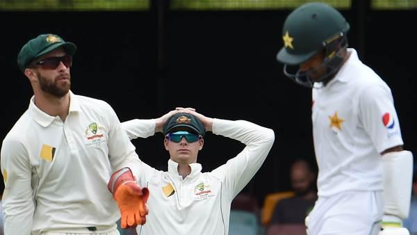 Australia sneak home against Pakistan