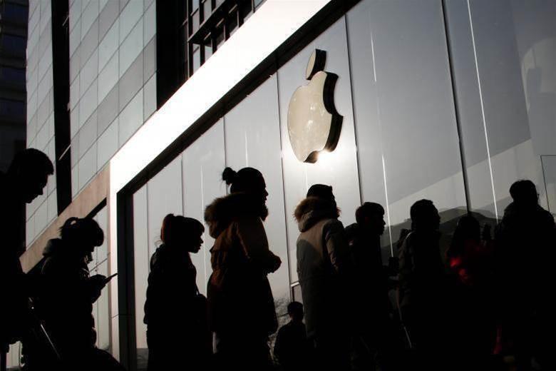 Apple tips $1.37bn into SoftBank tech fund