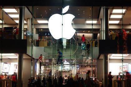Apple makes history by hitting $US800 billion market cap