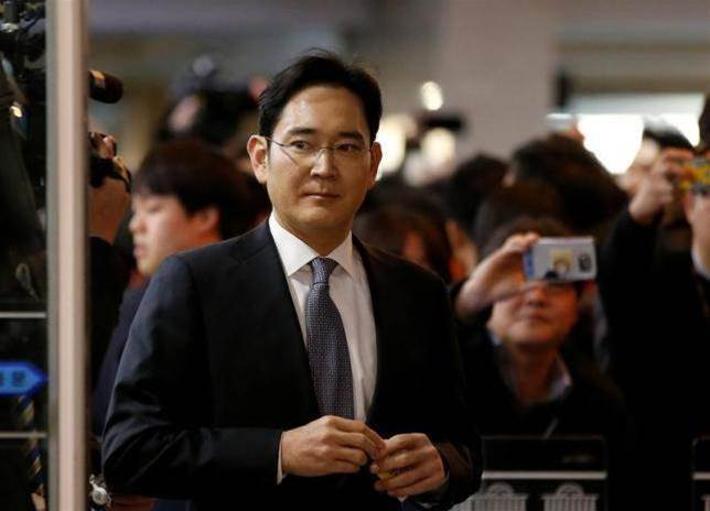 South Korea prosecutor seeks arrest of Samsung boss for bribery