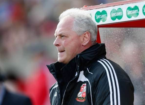 Manager MacDonald leaves Swindon