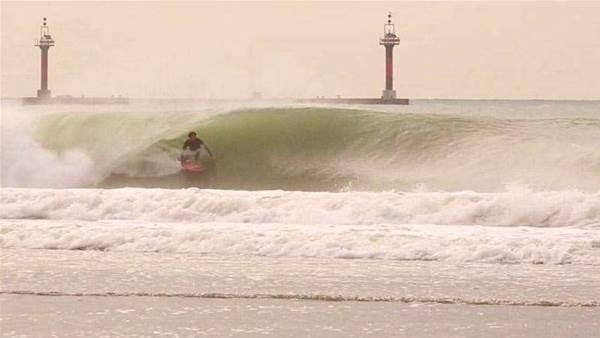 Hector Santamaria Surfs Japan