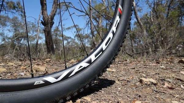 FIRST LOOK: Stans NoTubes Valor Boost Wheelset