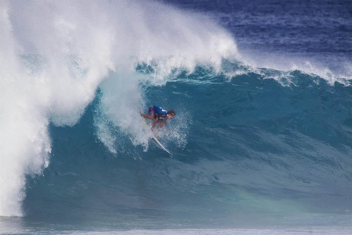 2bc4949580 Julian has the skills to go steep and deep at Pipe. Photo  WSL Masurel