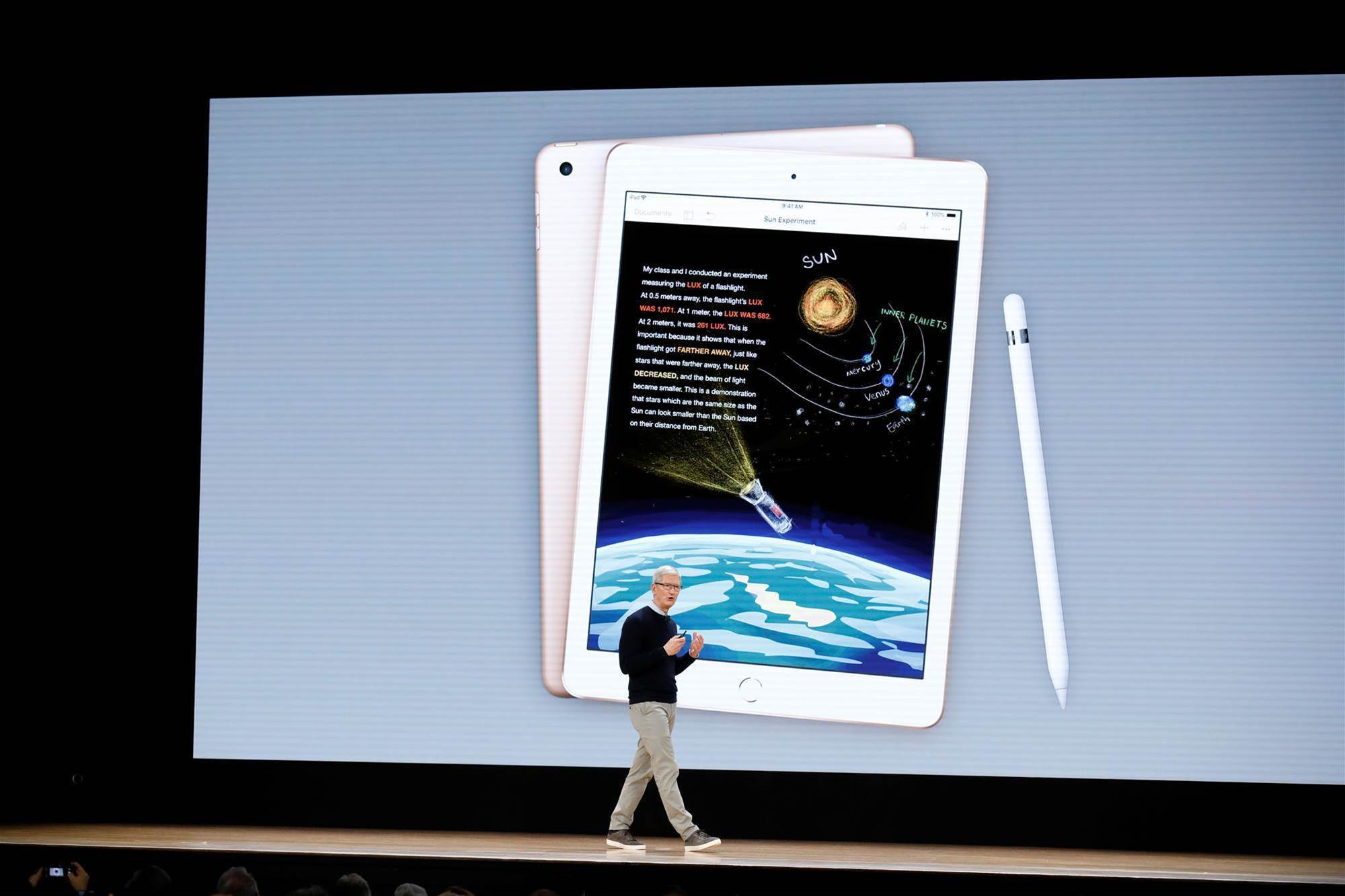 Apple unveils new iPad, education software to win back schools