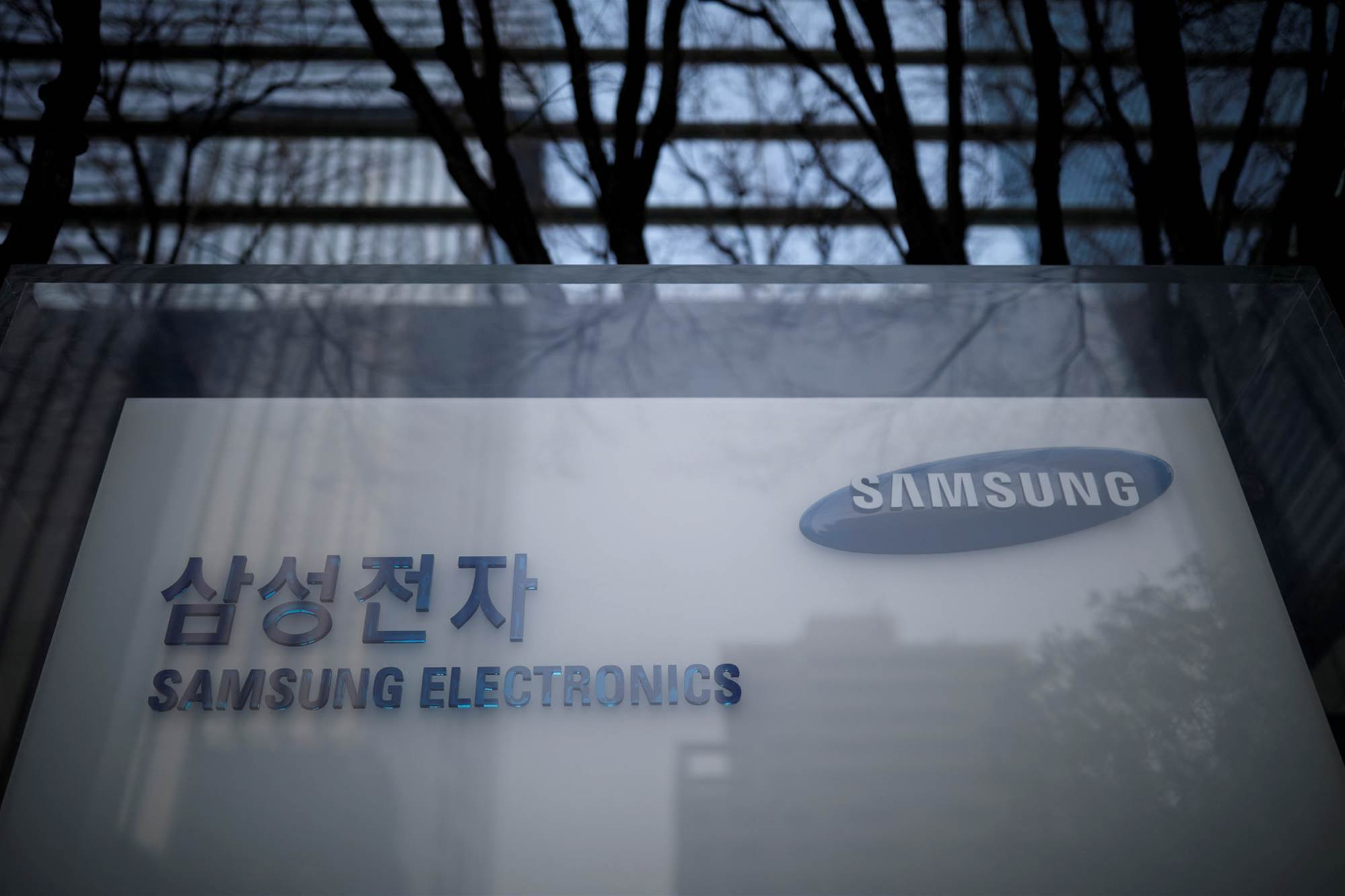 Samsung hits record quarter despite chip boom slowdown