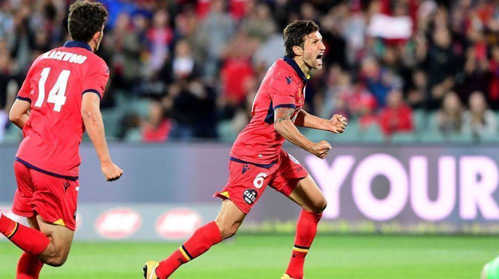 Lia re-signs with Adelaide United