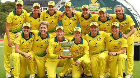 Aussies unwind before Ashes Tour