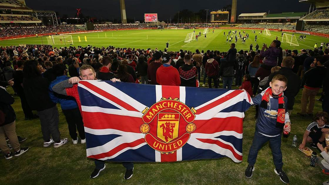 Fans flock to WACA for Man Utd training