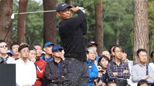 Tiger blasts to Japan lead as Aussies flop