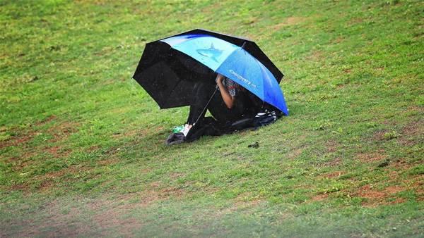 Sydney's lead reduced by rain