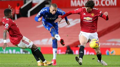 Leaky defence dents Manchester United's title chase