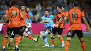 Champions Sydney held by in-form Roar
