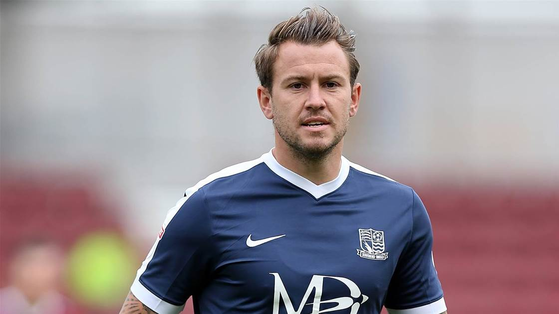 Struggling Wanderers sign Irish striker