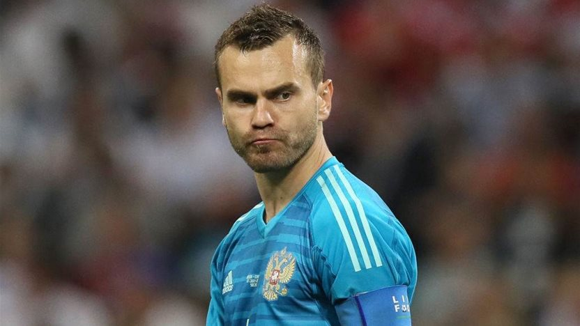 Goalkeeper Akinfeev given bouquet of tomatoes during Russia team meeting with fans