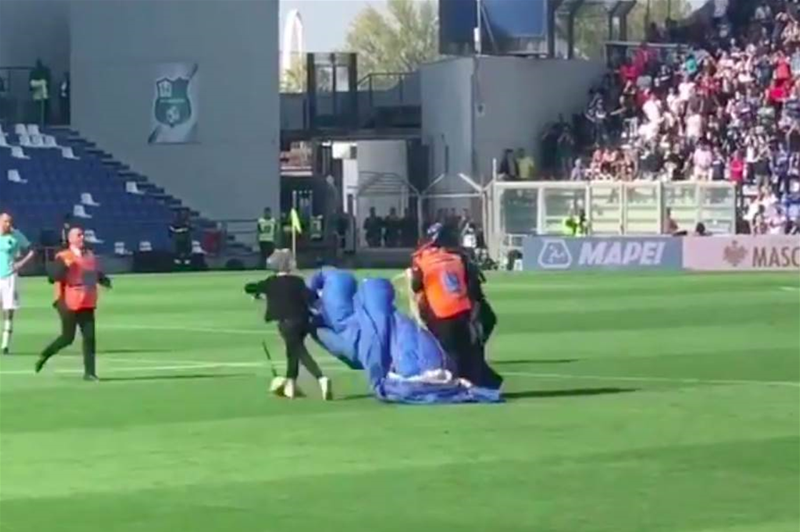 """Didn't realise the tiny green square was a stadium"" - Parachuter lands in middle of Serie A clash"