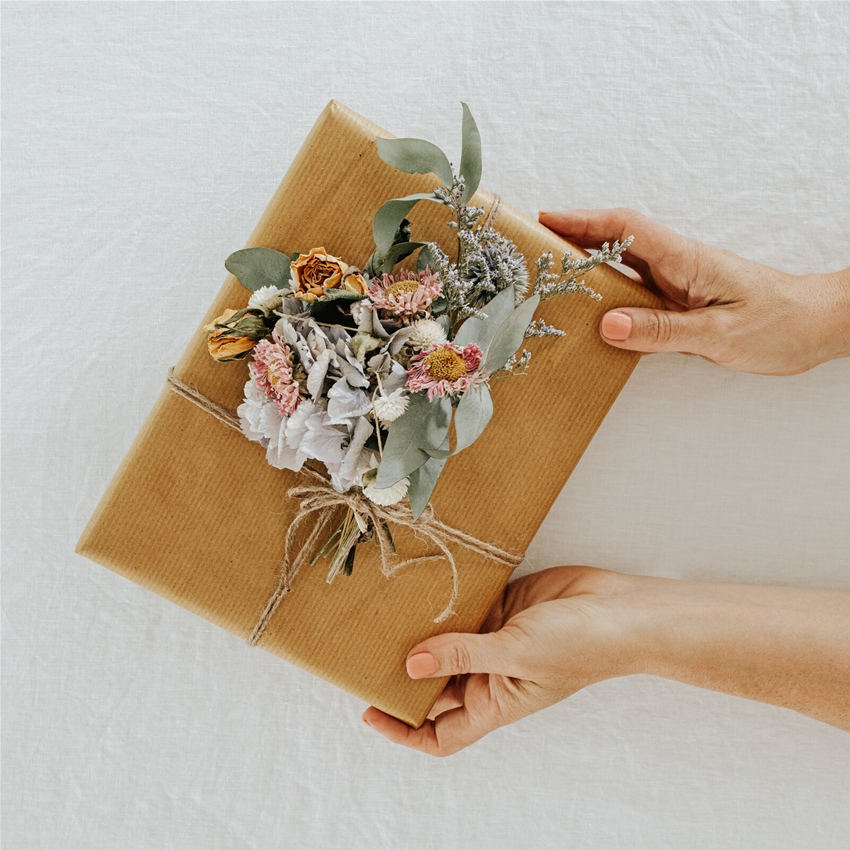 how to add dried flowers to your gift wrapping