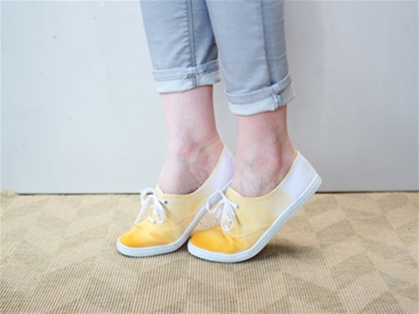 frankie exclusive diy: dip-dyed shoes