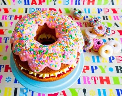 frankie fodder: giant strawberries and cream doughnut cake