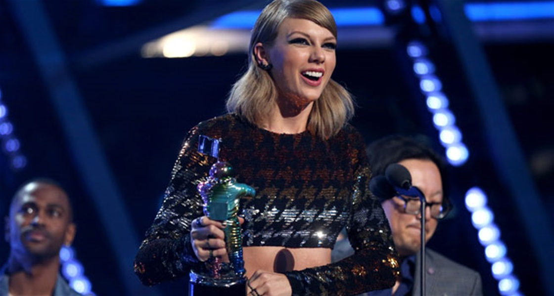 Taylor Swift Wins An Award!